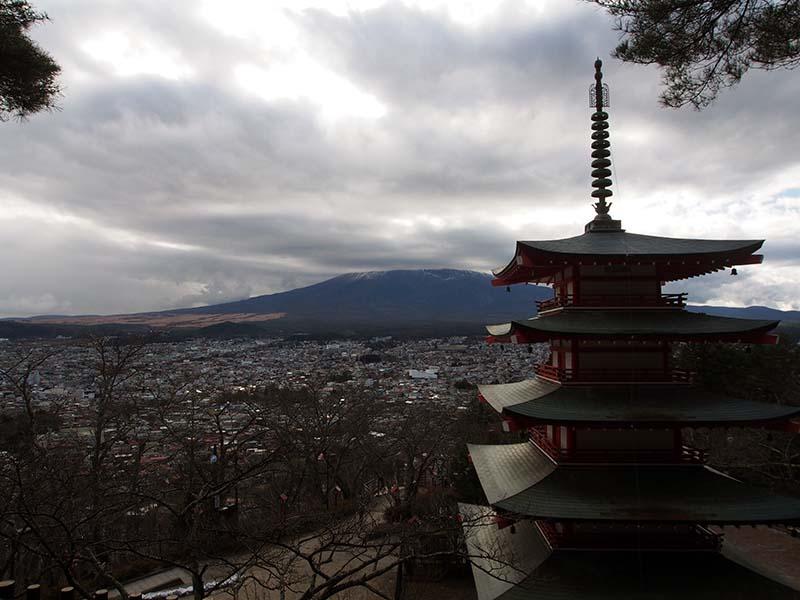 五重塔と富士山のコントラスト。私が行った日は生憎の曇。富士山が見えなかった!残念無念!